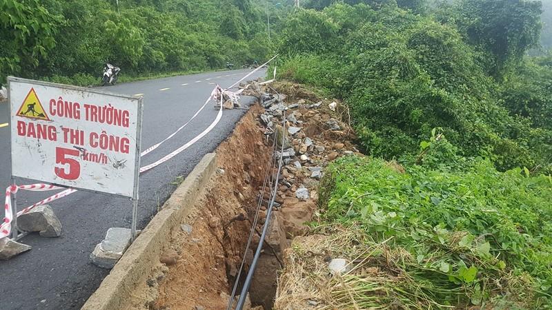 Bán đảo Sơn Trà sạt lở nghiêm trọng, đất đá lao xuống đường - ảnh 6
