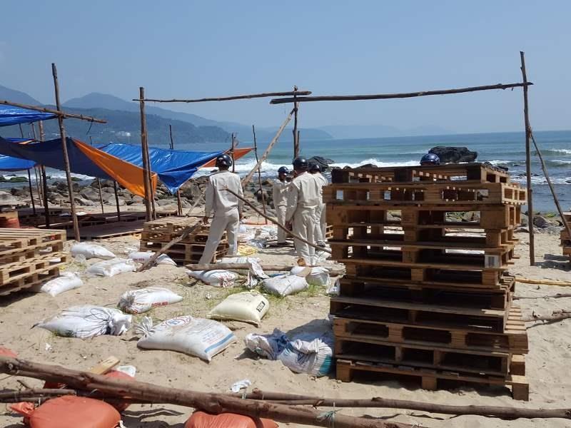 Đà Nẵng: Tháo dỡ hàng chục lều bạt bao vây ghềnh Nam Ô - ảnh 2