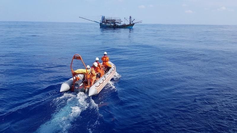Cứu 1 thuyền trưởng bất tỉnh do mất máu ở vùng biển Hoàng Sa - ảnh 1