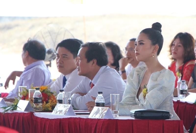 Hoa hậu Tiểu Vy rạng ngời trong lễ khởi công resort 1.900 tỉ  - ảnh 1