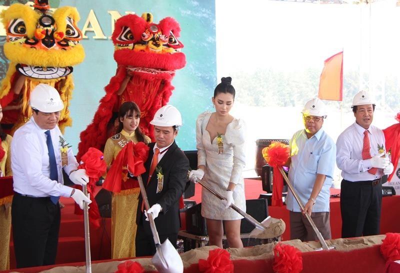 Hoa hậu Tiểu Vy rạng ngời trong lễ khởi công resort 1.900 tỉ  - ảnh 3