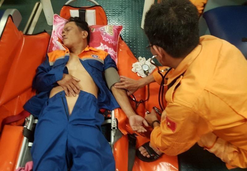 Xuyên đêm cấp cứu ngư dân nguy kịch trên biển ngày lễ - ảnh 2