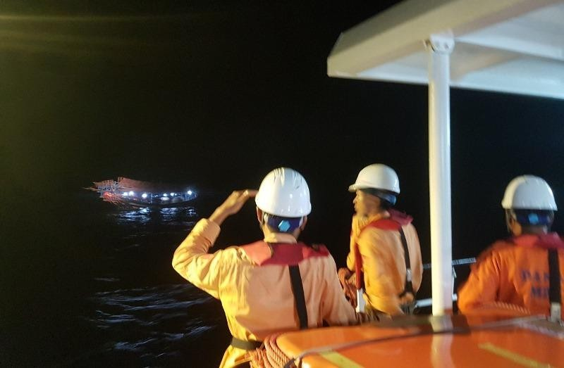 Xuyên đêm cấp cứu ngư dân nguy kịch trên biển ngày lễ - ảnh 1