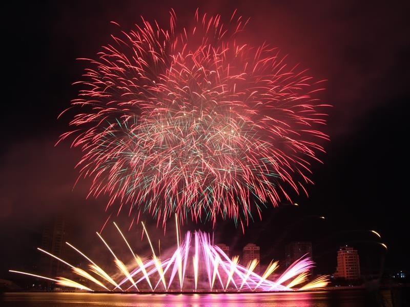 Hàng ngàn bông pháo kể chuyện tình yêu bên sông Hàn - ảnh 2