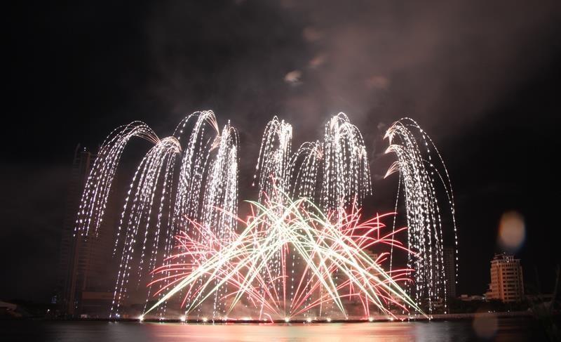 Hàng ngàn bông pháo kể chuyện tình yêu bên sông Hàn - ảnh 3