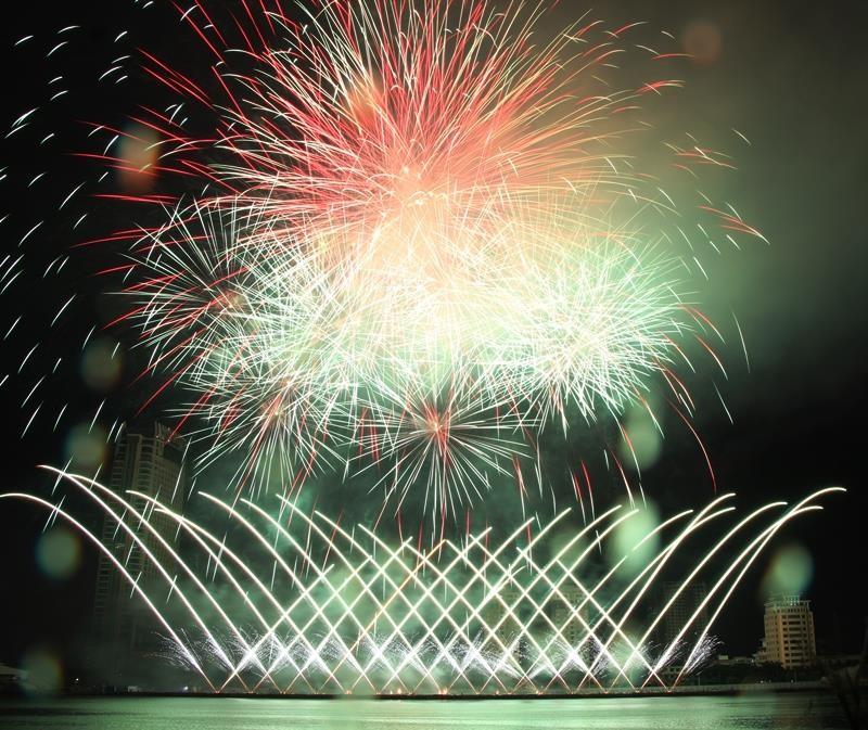 Hàng ngàn bông pháo kể chuyện tình yêu bên sông Hàn - ảnh 4