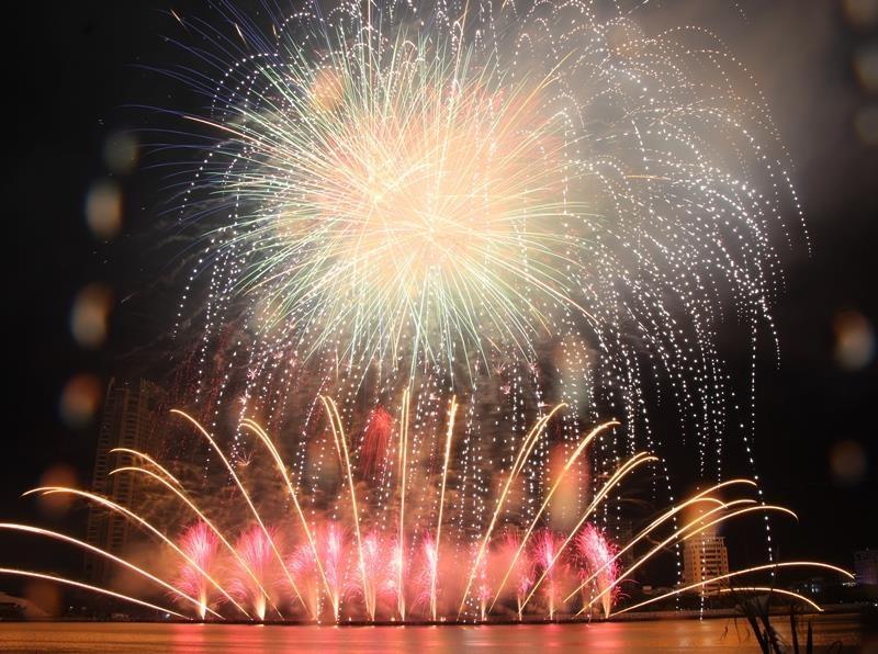 Hàng ngàn bông pháo kể chuyện tình yêu bên sông Hàn - ảnh 5