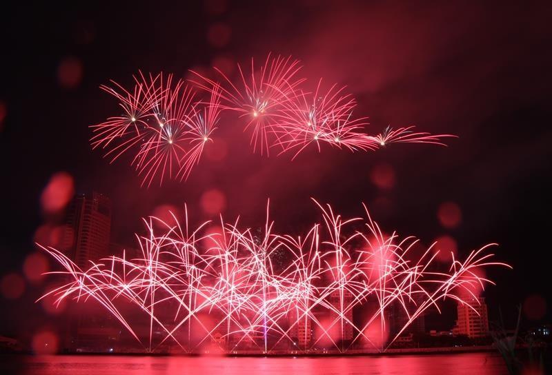 Hàng ngàn bông pháo kể chuyện tình yêu bên sông Hàn - ảnh 6