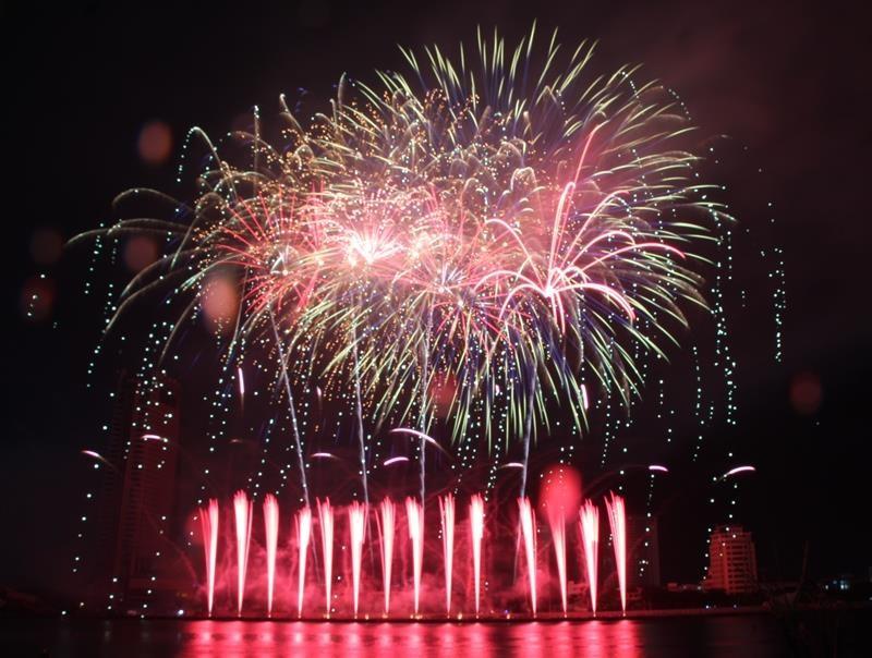 Hàng ngàn bông pháo kể chuyện tình yêu bên sông Hàn - ảnh 7