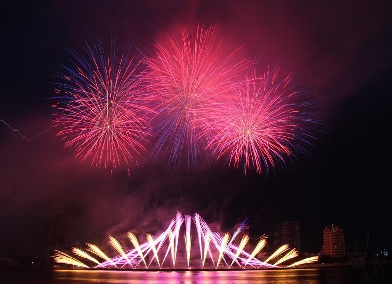 Hàng ngàn bông pháo kể chuyện tình yêu bên sông Hàn - ảnh 1