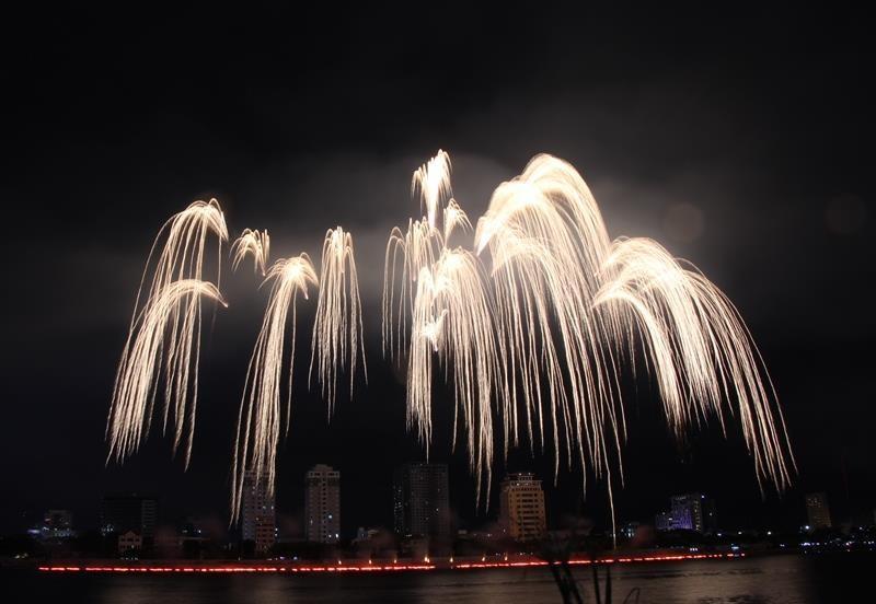 Hàng ngàn bông pháo kể chuyện tình yêu bên sông Hàn - ảnh 8