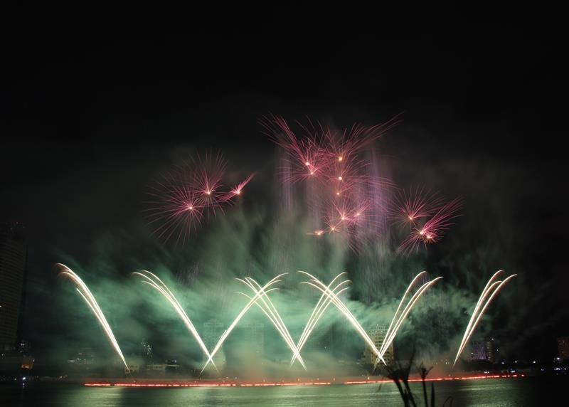 Hàng ngàn bông pháo kể chuyện tình yêu bên sông Hàn - ảnh 9