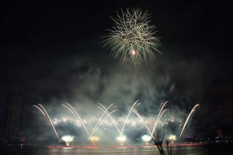 Hàng ngàn bông pháo kể chuyện tình yêu bên sông Hàn - ảnh 10