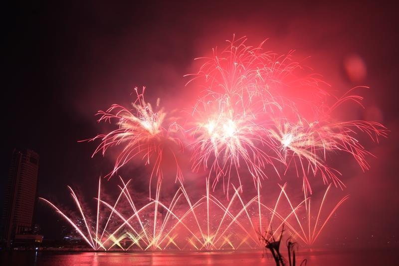 Hàng ngàn bông pháo kể chuyện tình yêu bên sông Hàn - ảnh 11