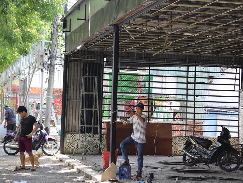 Đến lượt dãy quán nhậu xuyên đêm ở Đà Nẵng bị tháo dỡ - ảnh 1