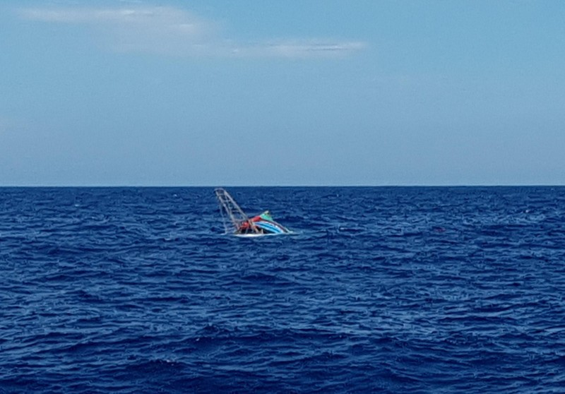 Chìm tàu ở Hoàng Sa, sáu ngư dân được cứu trong gang tấc - ảnh 1