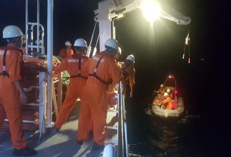 Xuyên đêm 'cưỡi' sóng cứu ngư dân nguy kịch gần Hoàng Sa   - ảnh 2