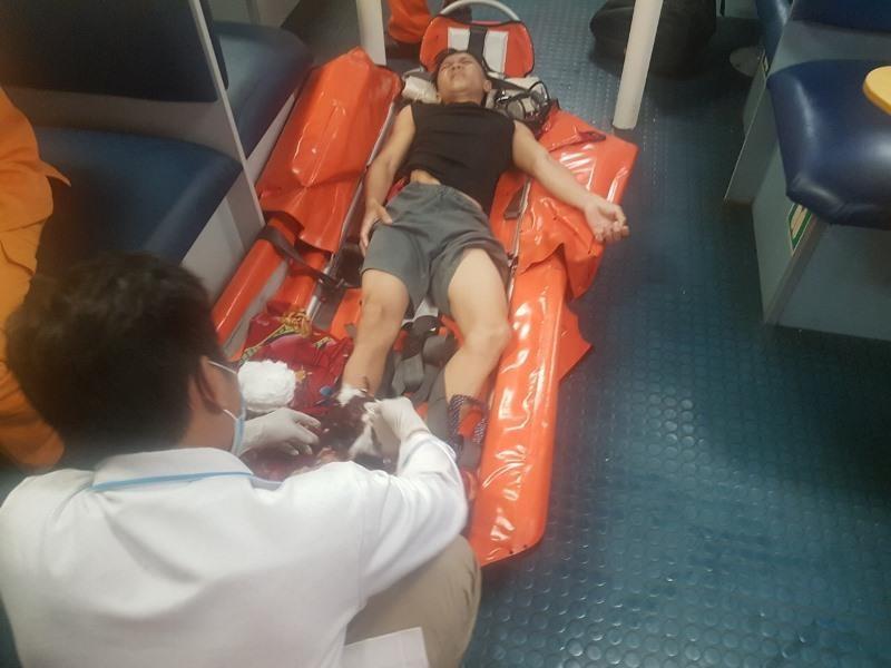Xuyên đêm 'cưỡi' sóng cứu ngư dân nguy kịch gần Hoàng Sa   - ảnh 1