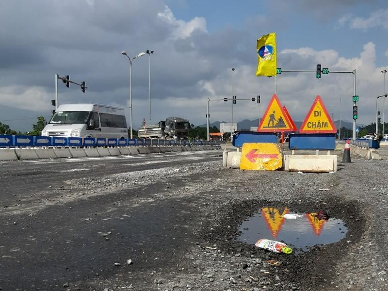 Cao tốc Đà Nẵng - Quảng Ngãi vừa bị phạt lại tiếp tục lở loét - ảnh 2