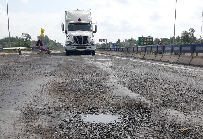 Cao tốc Đà Nẵng - Quảng Ngãi vừa bị phạt lại tiếp tục lở loét - ảnh 1