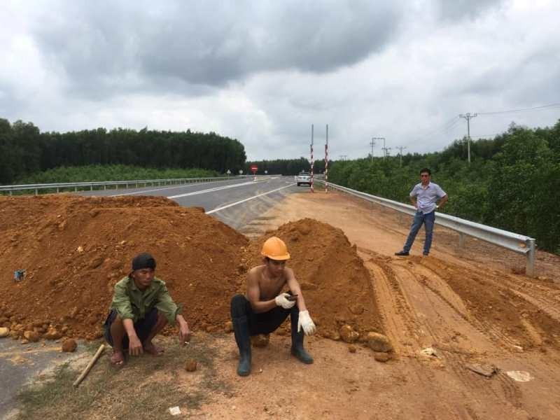 Barie bằng đất ngăn xe chạy chui trên cao tốc La Sơn-Túy Loan - ảnh 1