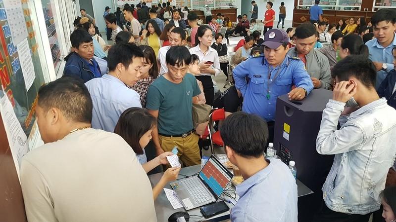 Xếp hàng từ 3 giờ sáng mua vé xe tết tại Đà Nẵng - ảnh 1