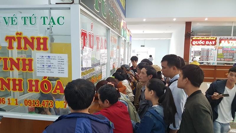 Xếp hàng từ 3 giờ sáng mua vé xe tết tại Đà Nẵng - ảnh 2