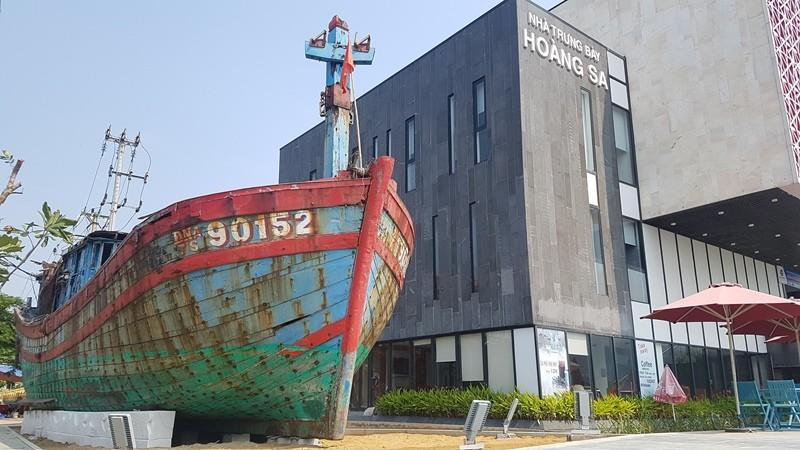 Mũi tàu cá bị tàu Trung Quốc đâm chìm vẫn hướng ra biển Đông - ảnh 2