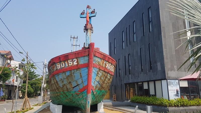 Mũi tàu cá bị tàu Trung Quốc đâm chìm vẫn hướng ra biển Đông - ảnh 3