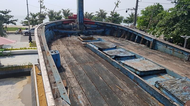 Mũi tàu cá bị tàu Trung Quốc đâm chìm vẫn hướng ra biển Đông - ảnh 6
