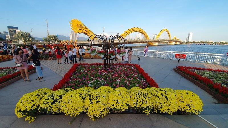 Trẩy hội trên đường hoa tết hơn 6 tỉ đồng ở Đà Nẵng - ảnh 1