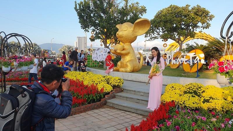 Trẩy hội trên đường hoa tết hơn 6 tỉ đồng ở Đà Nẵng - ảnh 3