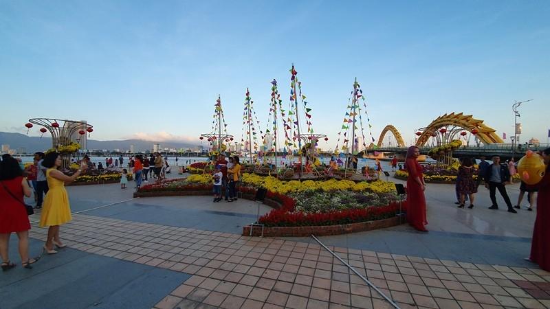 Trẩy hội trên đường hoa tết hơn 6 tỉ đồng ở Đà Nẵng - ảnh 4
