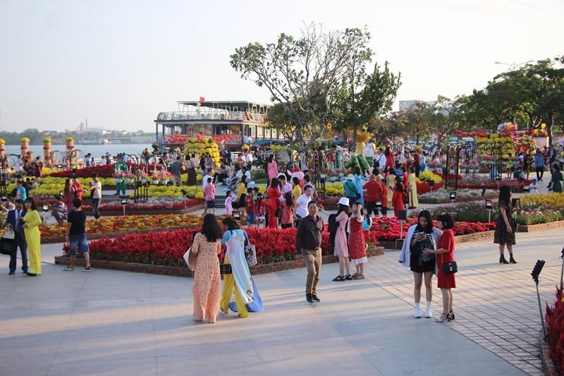 Trẩy hội trên đường hoa tết hơn 6 tỉ đồng ở Đà Nẵng - ảnh 6