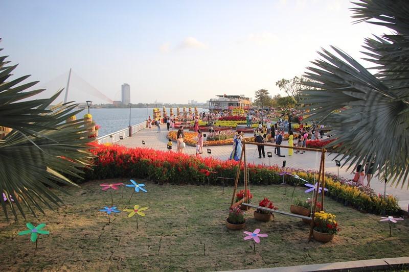 Trẩy hội trên đường hoa tết hơn 6 tỉ đồng ở Đà Nẵng - ảnh 7