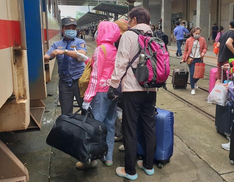 Đà Nẵng: Người dân kín mít khẩu trang đi vào Nam sau tết - ảnh 1