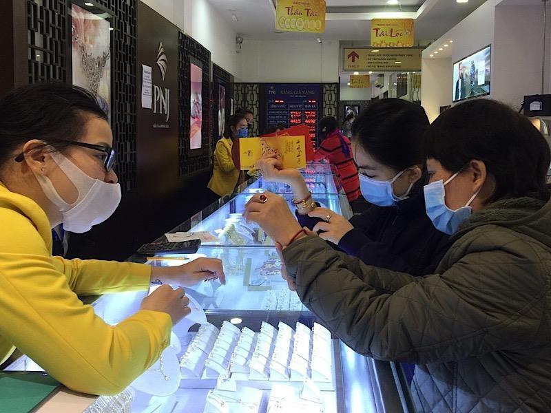 Đà Nẵng: Bịt kín khẩu trang đi mua vàng ngày vía Thần Tài - ảnh 3