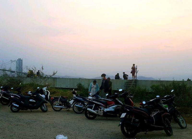 Đà Nẵng tạm giữ 10 xe máy vì tụ tập đông người - ảnh 1
