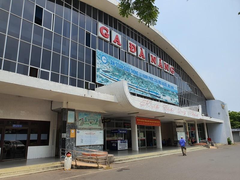 Bến xe, sân bay Đà Nẵng vắng lặng ngày đầu nới cách ly - ảnh 3