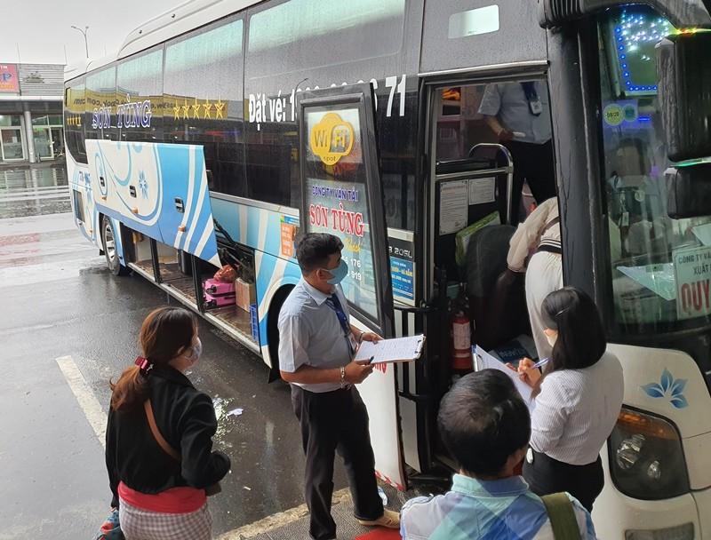 Bến xe Đà Nẵng đón khách trở lại trong ngày mưa tầm tã - ảnh 2