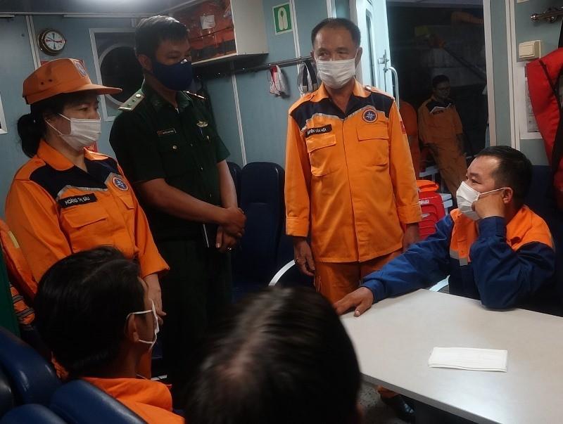 Giông lốc đánh chìm tàu cá, 7 ngư dân thoát nạn - ảnh 2