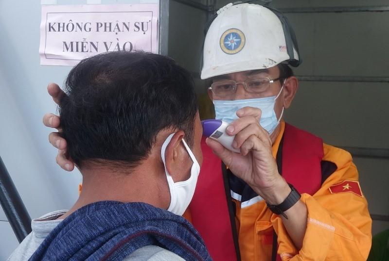 Tàu chìm 13 ngư dân thoát chết trên vùng biển Đà Nẵng - ảnh 2