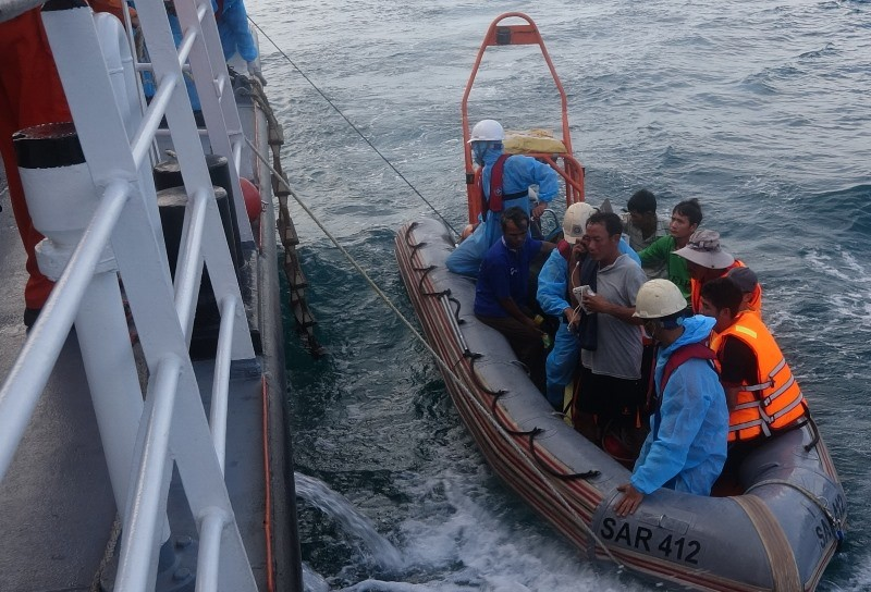 Tàu chìm 13 ngư dân thoát chết trên vùng biển Đà Nẵng - ảnh 1