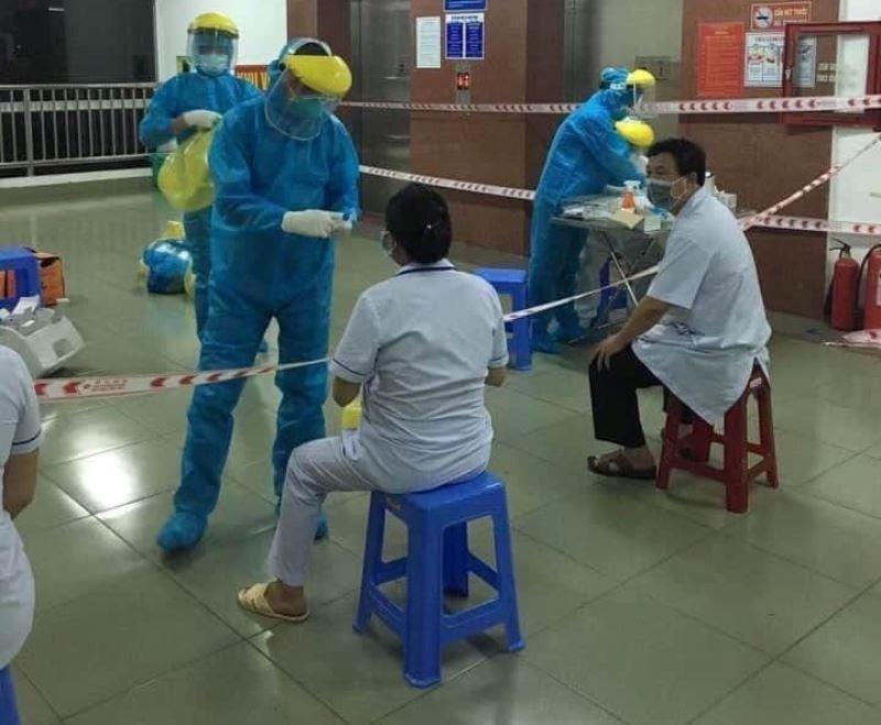 Cảnh phong tỏa bệnh viện, chuyển bệnh nhân nghi nhiễm COVID-19 - ảnh 5