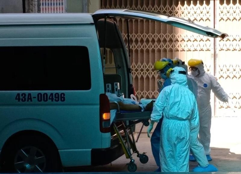 Cảnh phong tỏa bệnh viện, chuyển bệnh nhân nghi nhiễm COVID-19 - ảnh 6