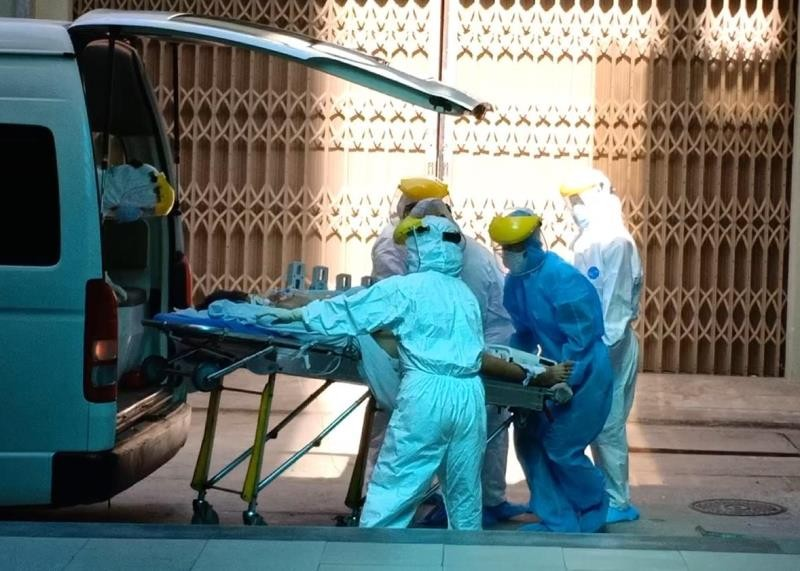 Cảnh phong tỏa bệnh viện, chuyển bệnh nhân nghi nhiễm COVID-19 - ảnh 7