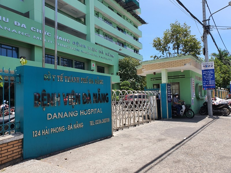 Cảnh phong tỏa bệnh viện, chuyển bệnh nhân nghi nhiễm COVID-19 - ảnh 8