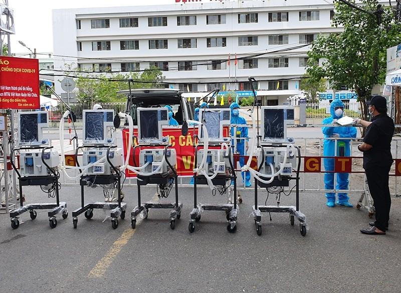 Thêm 5 máy thở hiện đại gần 3 tỉ đồng trao cho BV Đà Nẵng - ảnh 1