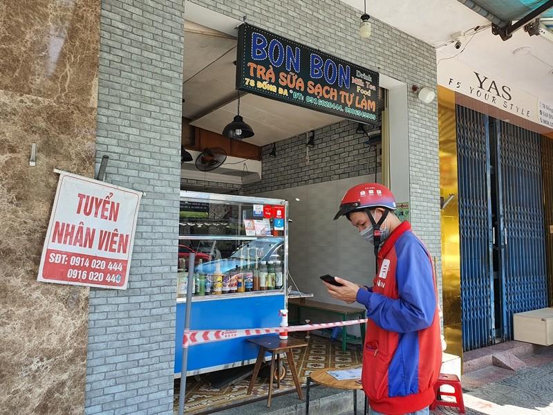 Người dân Đà Nẵng hồ hởi đi mua đồ ăn mang về - ảnh 1