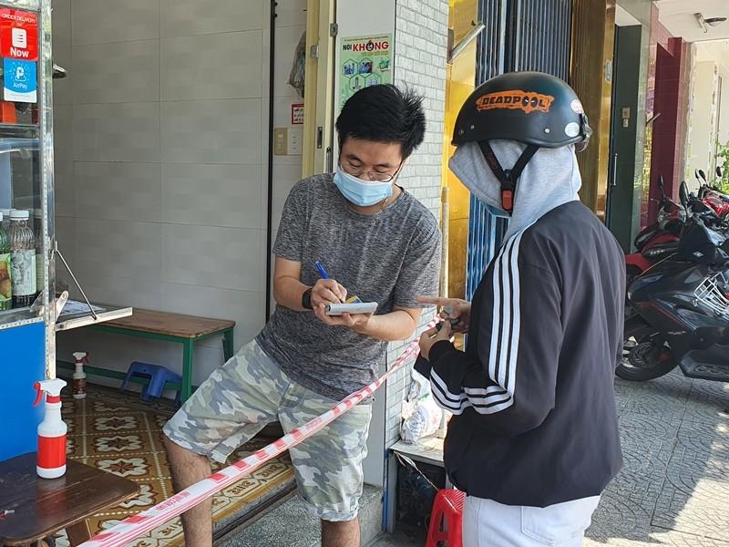 Người dân Đà Nẵng hồ hởi đi mua đồ ăn mang về - ảnh 2